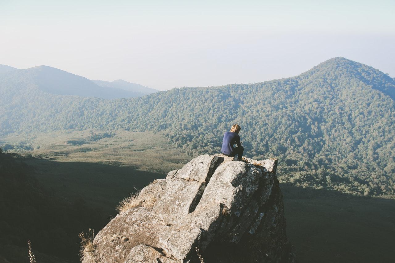 Sich selbst finden: Ein inspirierender Moment allein mit einem tollen Ausblick