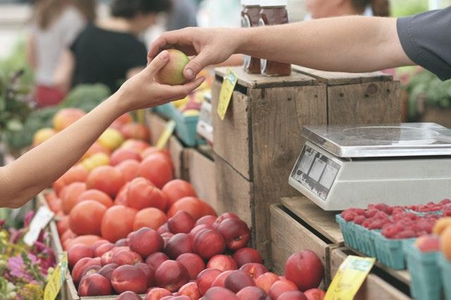 Sich selbst finden: Hier schenkt ein Mann einem Kind einen Apfel