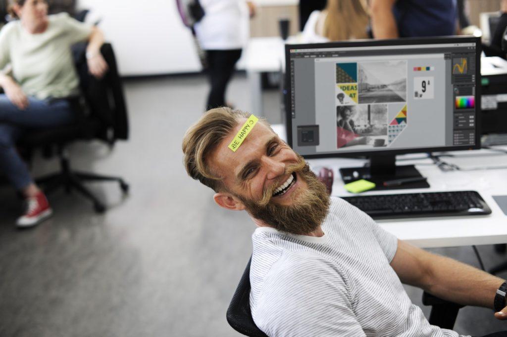 Sich selbst finden: Eine lachende Person - Das beste Mittel gegen Negativität