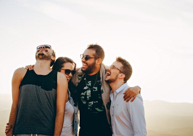 Motivation für Studenten - 4 Männer lachen