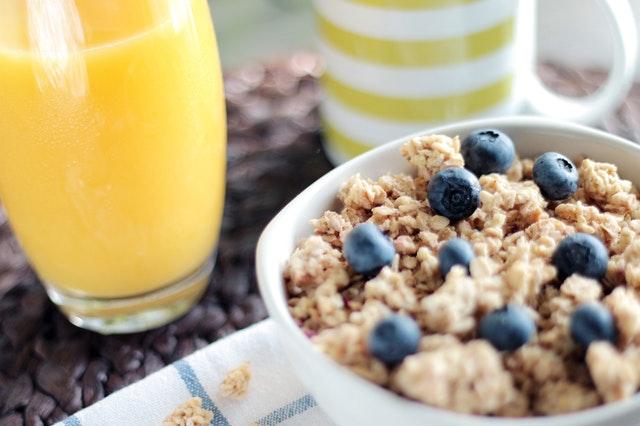 Früh aufstehen - Leckeres Frühstück mit Müsli und Saft