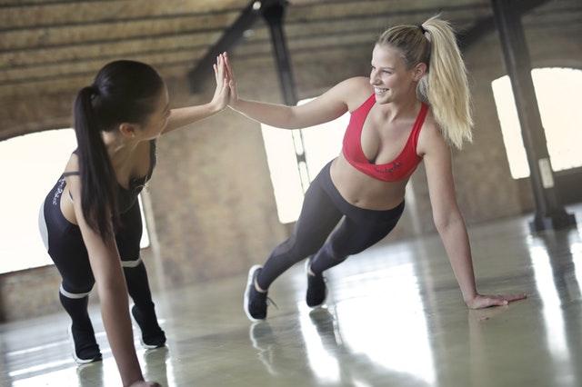 Motivation zum Sport - Zwei Frauen beim Training