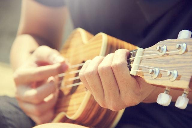 Persönliche Weiterentwicklung - Eine Person spielt Gitarre