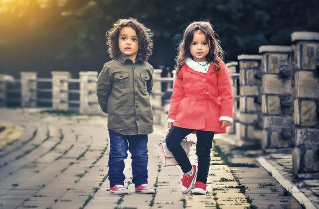 Persönliche Weiterentwicklung - Zwei Kinder auf einer Brücke