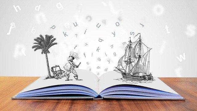 Aufgeklapptes Buch mit Symbolen und Elementen die auf den Buchseiten stehen und Buchstaben im Hintergrund